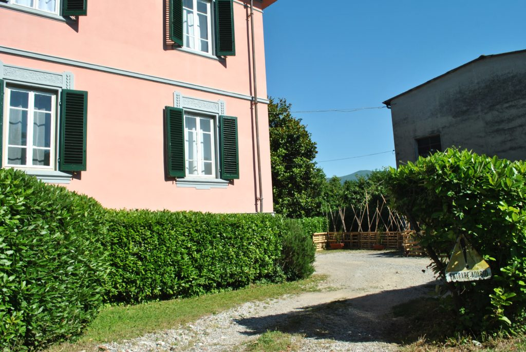Entrance and Parking B&B Villa Sunrise Lucca