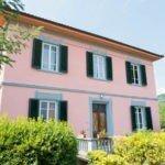 B&B Villa Sunrise Lucca una casa di color rosa