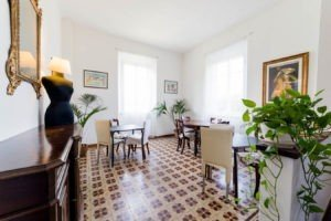 Large breakfast room with delicious cake B&B Villa Sunrise Lucca